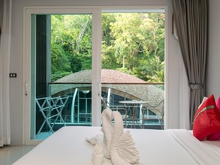 ET420 - Pool view Patong studio with pool and shuttle to beach