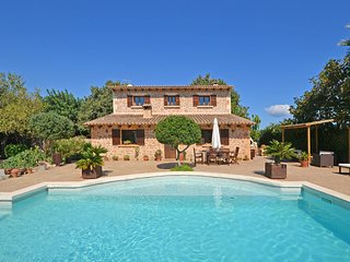 CARBONELL 4, country house with swimming pool close to the sea