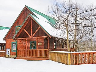 Luxurious Cabin 1.5 miles from Pkwy Hot Tub/Pool Table Great Fall Rates