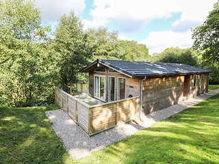 1 MILLER'S ISLAND, contemporary lodge with hot tub, Lanreath