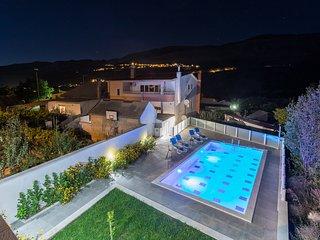 Luxury Apartment Sara, with swimming pool, Srinjine, Croatia
