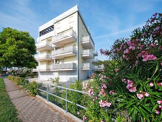 2 bedroom Apartment with Air Con and Walk to Beach & Shops - 5795126