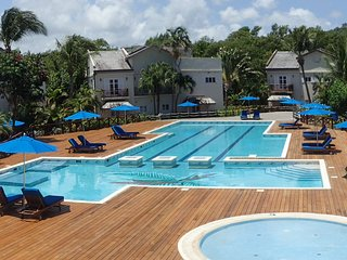New Listing Poolfront 2 Bed Condo 2mins walk from the beach