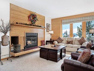Incredible Panoramic Mountain Views! Beautiful Condo With Log Fireplace & Best C