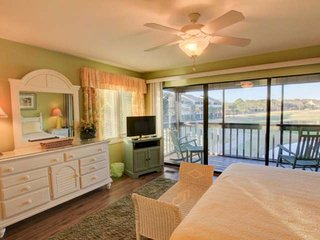 Lakefront Condo! 5 min Walk to Beach! King Bed in Master, Fishing, Free Wifi! No