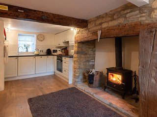 Captain's Cabin romantic listed cottage,log burner,own parking,central to town