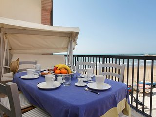 Febo - Charming beachfront with terrace