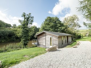 6 WATER'S EDGE, private decking overlooking lake, Lanreath