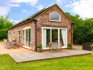 THE STABLES ground floor, luxurious stable conversion, rural setting, pet-friend