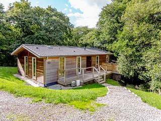 8 STREAMSIDE, decked terrace, private hot tub, Lanreath