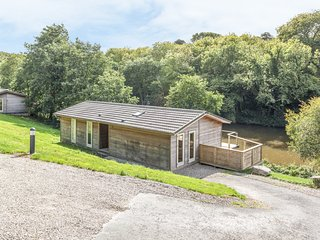 7 WATER'S EDGE, hot tub, lake views, Lanreath