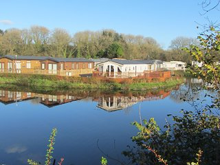 Beautiful Lakeside holiday home. Free Fishing Near Saundersfoot and Tenby 4 ****