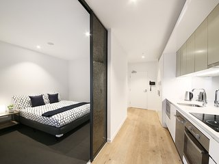 Contemporary CBD Suite with CITY VIEWS + FREE WiFi