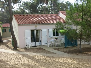 2 bedroom Villa with Pool, WiFi and Walk to Beach & Shops - 5642272