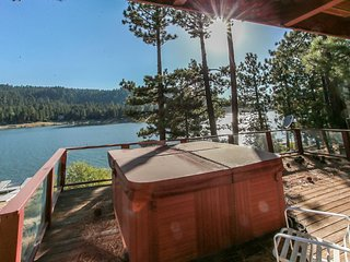 Fishermans Paradise Lakefront 3BR Chalet / Hot Tub / Pool Table / Boat Dock