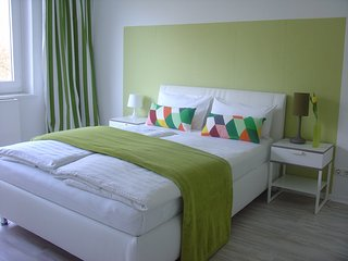Ladys only - zentral - Privatzimmer mit Doppelbett.