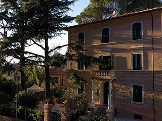 Schones Appartement in historischer Villa Mitte Garten und Parkplatz