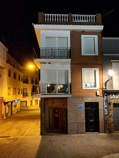 Fachada el apartamento en foto nocturna
