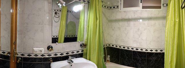 Cuarto de baño del pasillo con bañera