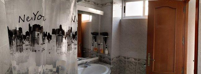 Cuarto de Baño con ducha de la habitacion tres