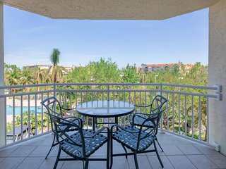 Breezy condo w/ private patio, shared pool & hot tub, free parking - Dogs OK!