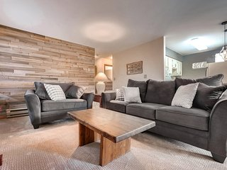 Large family friendly 2 bed on bus line w hot tub!
