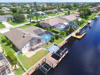 Beautiful SW Cape Coral Pool Home on Gulf Access Canal, Outdoor Kitchen, Free WI
