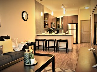 ★★★Brand New Downtown view Apt+free parking+pool