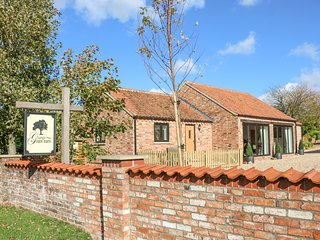 GRANGE FARM BARNS, pets, open-plan, near Hemingby