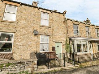 CHERRY TREE COTTAGE, terraced, open fire, WiFi, enclosed garden, in Aysgarth