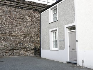 TY POTIWR, courtyard with furniture, close to amenities, in Conwy