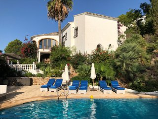 Luxury & Idyllic 7 bed/bath Villa. Heated pool/jacuzzi, cinema tv, pool table Wf