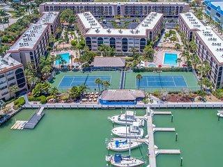 Bright and Airy 1 Bedroom Condo in Popular Resort Complex