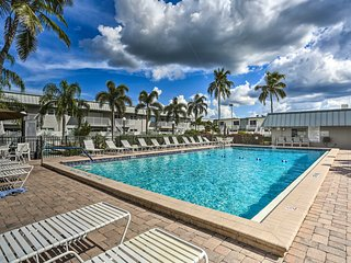 Fort Myers Condo w/Pool - 9 Mi to Fort Myers Beach