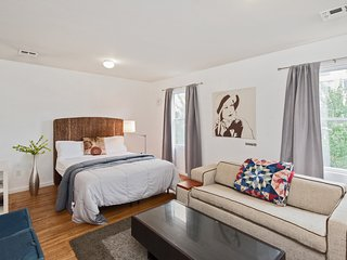 Executive Queen Suite with Private Bathroom + Kitchen Access Just Steps from NYC