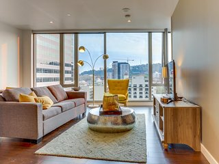 Luxury Park Avenue West condo w/floor-to-ceiling windows, great views, dogs ok!