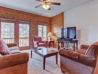 NEW LISTING! Dog-friendly mountain condo w/shared hot tub-near hot springs