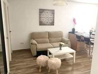 Spacious apartment close to the center of Malaga with Lift, Parking, Internet, W