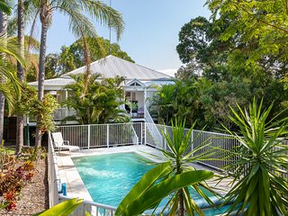 The Queenslander, Noosa Heads | Paradise amongst the palms for 1 family or 2!