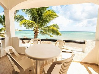 Charming condo right on the beach - Great Snorkeling, AC, Wifi