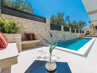 Vanja 3. lux. centrally located ap. with a pool