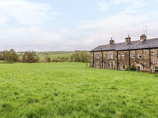 CROFTSIDE COTTAGE, woodburner, dog-friendly, in Airton