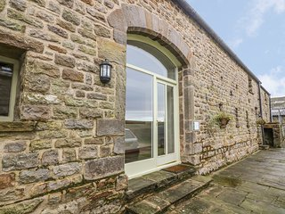 TEWITT COTTAGE, underfloor heating, suntrap garden, flagstone flooring,near Lanc