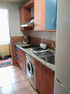 Cocina con placa de inducción, nevera, lavadora, cafetera, ...