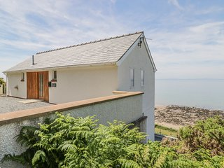 PENYBRYN, contemporary with superb sea views, in Llwyngwril