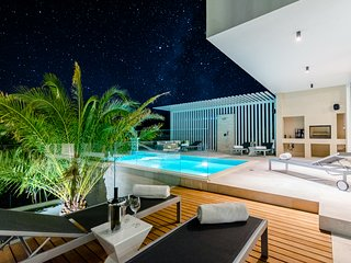 Luxury 'Villa Pax' with heated infinity pool, 10 sleeps