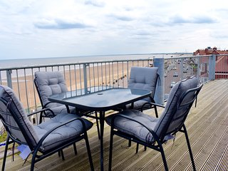 2 bedroom, 2 bathroom apartment with sea views & balcony