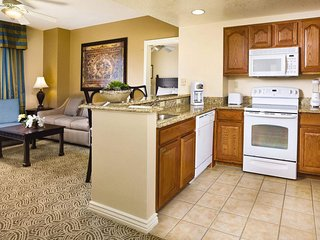 Grand Desert 1bed near the strip w/ access to convention center w/ 3 pools & BBQ
