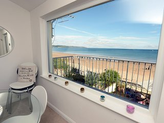 Luxury Beach Front Cottage, Sea Views, Direct Access to Beach from Garden