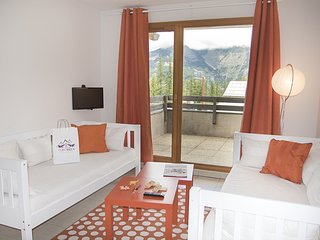 Steps to Ski School! Bright + Comfy Apartment in Les Orres 1800